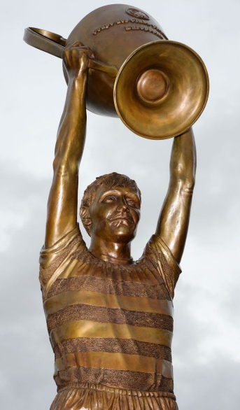 JS79086353 Billy McNeill statue at Celtic FC Parkhead stadium by John McKenna Sculptor a4a.co.uk ayrshire Scotland
